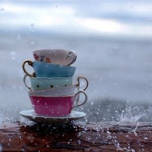 点一杯拿铁,独自欣赏来自雨中的风景